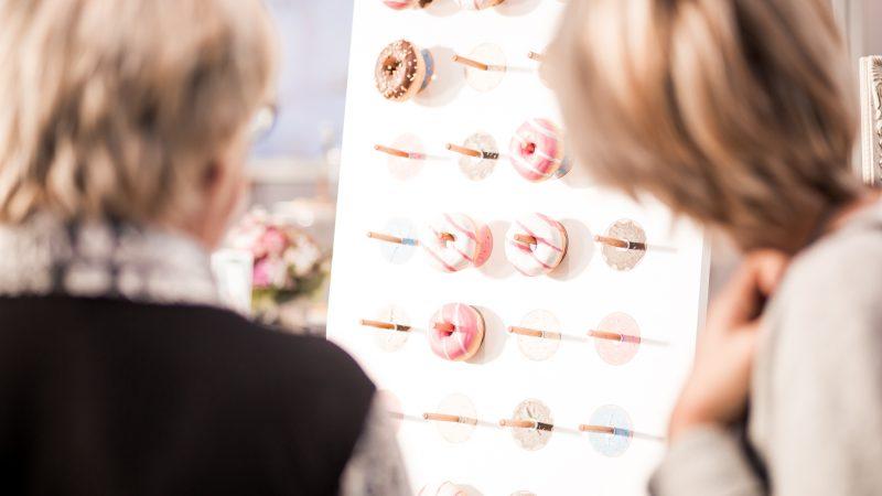 Donut-Wall mit Besucherin